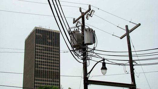 Oklahoma aber auch immer wieder - mitten in der Stadt - mit diesen vorsintflutigen Leitungen.