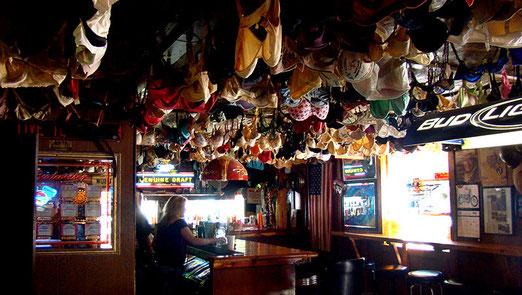 """Die berühmte Elbow-Inn Bar am Big Piney River (Ein """"Muss"""" für Route 66-Reisende). Durchreisende Damen werden ermuntert ihren BH in der Bar für immer zu deponieren."""