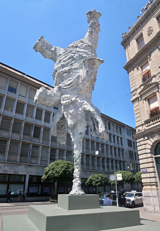 24. Juni 2018 - Gran Elefandret von Miquel Barceló (7.55x3.70x3.00 m). Ein Elefant steht Kopf  zwischen den Grossbanken am Zürcher Paradeplatz
