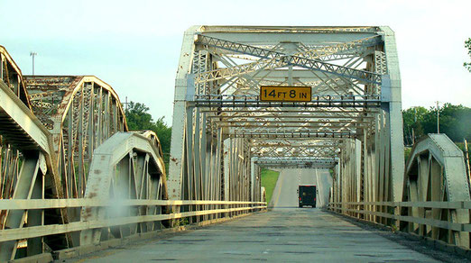 Zwei gut erhaltene Stahl-Zwillingsbrücken führen über den Videgris-River