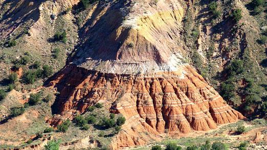 Man beachte die beeindruckenden, vielfarbigen Gesteinsschichten die sich über Jahrtausende gebildet haben.