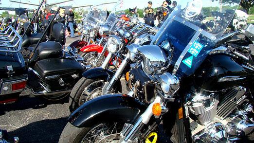 Auf dem Gelände für Kriegsveteranen (VFW) findet eine Zusammenkunft von ca. 100 Harley-Davidson Fahrern statt.