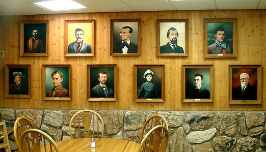 Wildwest pur - Im Touristen-Restaurant hängen sie an der Wand. Jesse- und Frank James, Doc Holliday etc.
