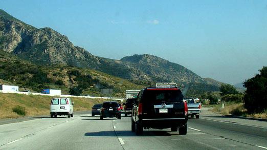 Nach dem Cajon-Pass geht es vierspurig ziemlich steil hinunter nach San Bernardino.