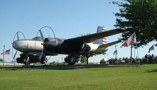 Ein Bomberflugzeug aus dem 2. Weltkrieg befand sich auf dem Gelände.