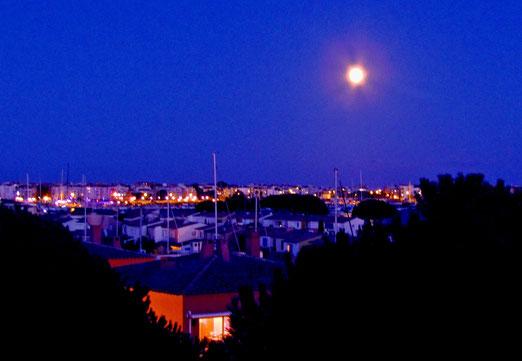 20. September 2021 - Blaue Nacht, o blaue Nacht am Hafen. In der Ferne rauschen Meer und Wind ...