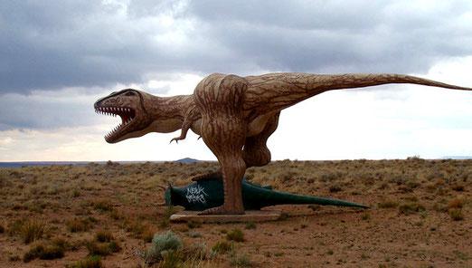 Selbst der Dinosaurier fühlt sich unbehaglich beim aufkommenden Gewitter.
