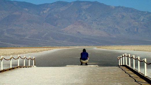 An dieser Stelle hat ein verrückter Ami versucht die Salzwüste zu durchqueren; gefunden hat man nur noch sein Skelett.