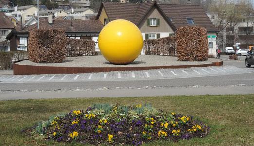 """Der Kreisel befindet sich in Uzwil; Thema wahrscheinlich """"Kunst"""". Eignet sich gut als Wegbeschreibung -  ......einfach bei der gelben Kugel rechts abbiegen, dann komo mst Du zum COOP. (Foto: Hans Weiss, Flawil)"""