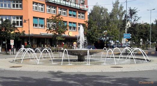 Kreisel-Brunnen in Uster. Architek Oliver Schwarz gestaltete als visuelles Erlebnis ein Wasserspiel. Es erinnert an die Nutzung der Wasserkraft des Aabachs in Zeiten der textilen Hochkonjunktur von Uster.  (Foto: Karl Bren)