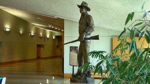 Wer bewacht den Eingang? Der berühmteste Cowboy Amerikas, JOHN WAYNE.