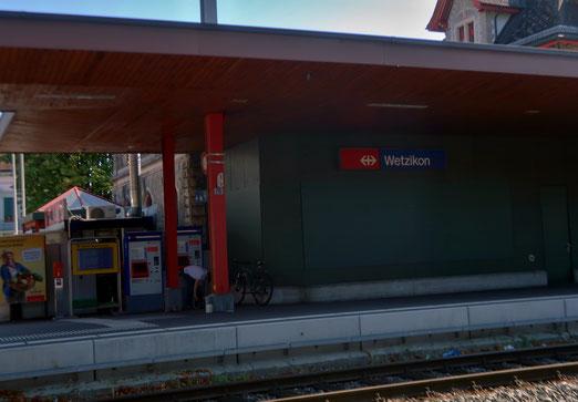 28. August 2019 - Entselter Bahnhof, Die Scheiben verbarrikadiert, Automaten, oft menschenleer.
