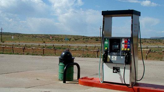 Diese einsame Tankstelle war unsere Rettung. Jetzt erinnern wir uns ein Schild gesehen zu haben mit der Aufschrift: Next Gas Stop 80 Miles oder 130 Kilometer bis zur nächsten Tankstelle! (in der Schweiz undenkbar!)