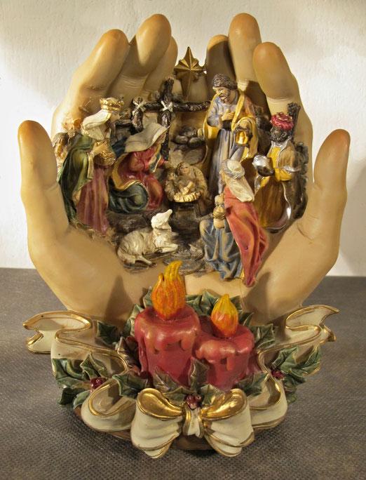 2 Dezember - Italien. Symbolkrippe: Geborgen in Gottes Hand. Höhe : 27 cm. Kunststein, industrielle Anfertigung