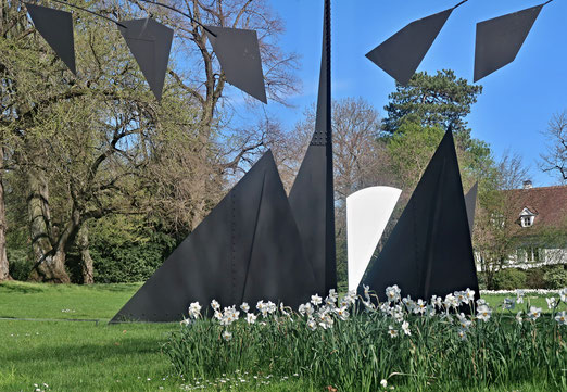 14. April 2018 - Wo Kunst zuhause ist. Alexander Calder (The Tree) und Ellsworth Kelly (White Cuves) in Riehen BS