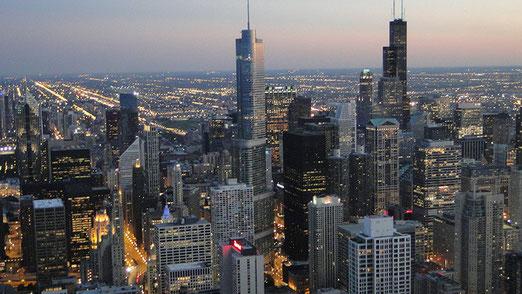 Chicago: mit 2,7 Millionen Einwohnern ist es die drittgrösste Stadt der USA. Aufnahme vom John Hancock-Center. (100 Etagen, 50 Lifte, Höhe bis Spitze 457 Meter, Baujahr 1965-69). Die Stadt bei Dämmerung