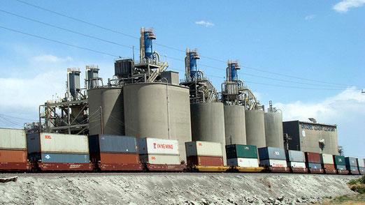 In Oro Grande fährt ein meilenlanger Güterzug an den riesigen Silos vorbei