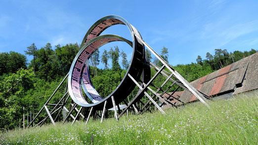 Kartause Ittingen: Doppel-Looping von 15m Höhe installiert auf der Klosterwiese. (KUNST, die ich nicht verstehe).   (Foto; Hans Weiss Flawil, CH)
