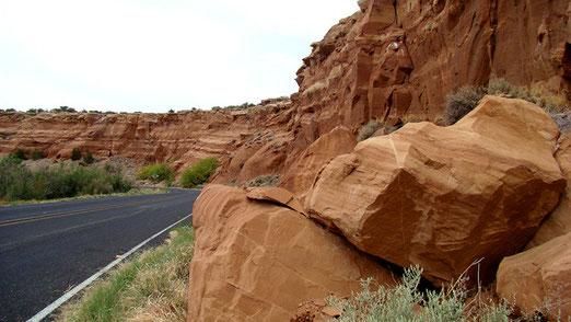 Reizvolle Fahrt durchs Indianerreservat, vorbei an rötlichen Felsen.