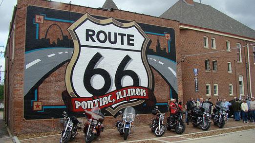 Pontiac: Route 66-Museum. Im Hinterhof zahlreiche Biker