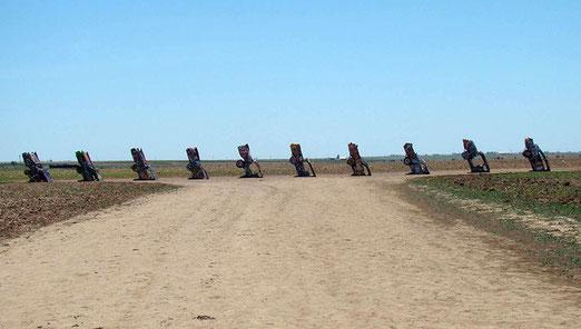 Ca. 5 km westlich von Amarillo befindet sich die berühmte Cadillac-Ranch. 1974 von einer Künstlergruppe erstellt.