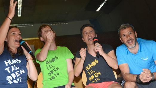 """... und beim """"We are the Champions"""" singen"""