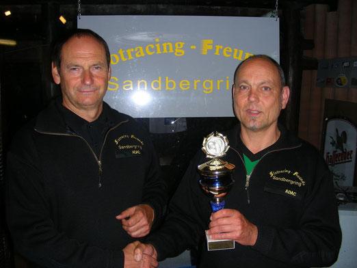 """Der Jahressieger 2011 Berti Weber bekommt den Wanderpokal von """"Pressesprecher"""" Joachim überreicht."""