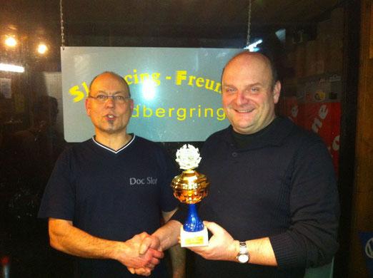 """Der """"stolze Jahressieger 2012"""" Peter Conrad bekommt den Pokal von Doc Slot überreicht."""