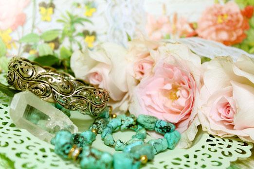 Einige Bräute tragen den Schmuck der Großmutter oder das Brautkleid ihrer Mutter. Damit ist der Vintage Look perfekt.
