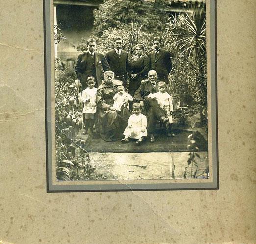 Familia de don Salvador Rebolledo y Sra. Teresila Mariani, en su casa de Freire esquina Maipú.
