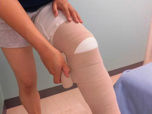 膝周りにバンデージを巻いている写真