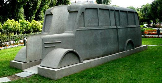 "Denkmal der ""Grauen Busse"", Foto: Norbert Kaiser, Wikimedia Commons, Lizenz: Creative Commons Attribution-Share Alike 3.0 Unported"