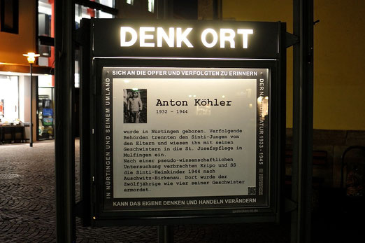 Denk Ort, Nürtingen, Erinnerung an Anton Köhler, bei Nacht, Foto: M.Werner