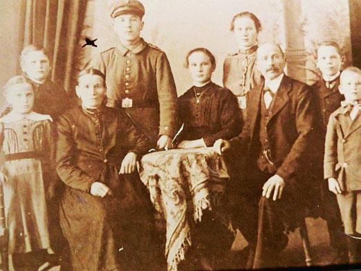 Karl Balz (Dritter von rechts) mit Ehefrau Christiane und den sieben Kindern um 1915. Foto: Privatbesitz Familie Kaßberger, alle Rechte vorbehalten!