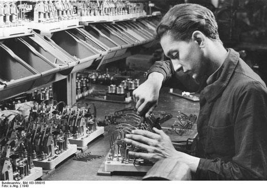 Französischer Zwangsarbeiter 1943 in Deutschland, von Bundesarchiv, Bild 183-S68015 / CC-BY-SA 3.0, CC BY-SA 3.0 de, https://commons.wikimedia.org/w/index.php?curid=5369433