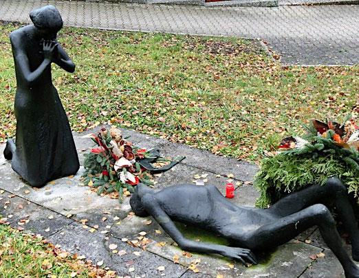 Gedenkstätte auf dem Friedhof in Rudersberg, Fotos A. Schaude, November 2016