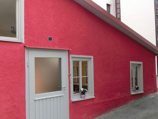 """In diesem Anbau am Reutlinger Wohnhaus, mit Zugang vom Albtorplatz, befand sich die Flaschnerei der Brüder Karl und Gustav H.. Heute wird der Anbau als """"urige"""" Besenwirtschaft genutzt, in der der alte"""