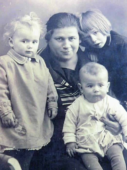 Berta E. mit ihren drei Kinder um 1934