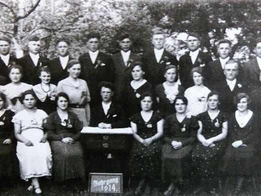 Emma Maier (vorderste Reihe, erste von rechts) mit ihren Jahrgangskameraden (Datum unbekannt) Foto: Privatbesitz Familie Kaßberger, alle Rechte vorbehalten!