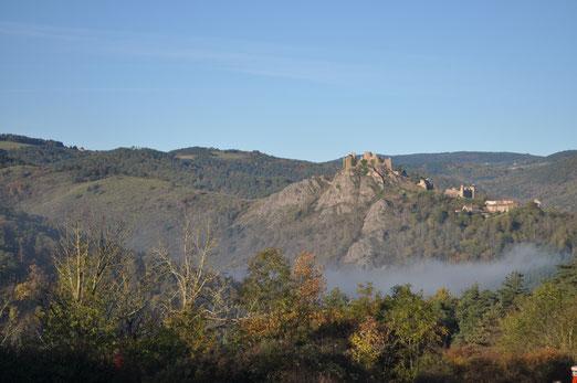 le château du 11e siècle domine le village