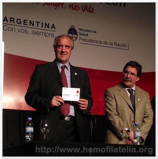 El Presidente de la IFBDO / FIODS: Gianfranco Massaro, presenta el Sello, Matasello con el Sobre Primer día de emisión, en el Día Mundial del Donante de Sangre, Sede Mundial Argentina 14/06/2011.