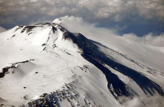 Ein Tal aus schwarzem Lavagestein bestehend