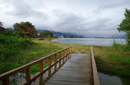 今津の琵琶湖畔、雲の向こうは伊吹山