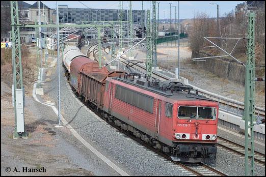 """Am 28. März 2015 ist die Maschine mit Rechteckpuffern """"aufgerüstet"""". Mit ihrem Mischer verlässt sie gerade Chemnitz Hbf."""