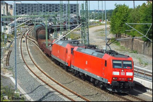 185 180-7 und eine Schwestermaschine durchfahren mit einem langen Mischer am 27. Juni 2014 Chemnitz Hbf. gen Zwickau