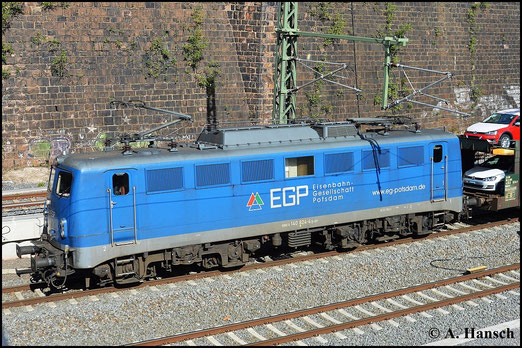 140 824-4 der EGP wird mit ihrem Autozug am 29. April 2015 über Chemnitz umgeleitet. Gleich erreicht die Fuhre den dortigen Hbf.