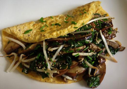 Omelet met paddenstoelen, paksoi en taugé.