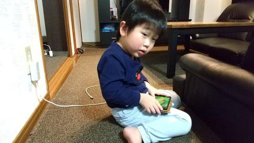 ゲームをする子供の写真