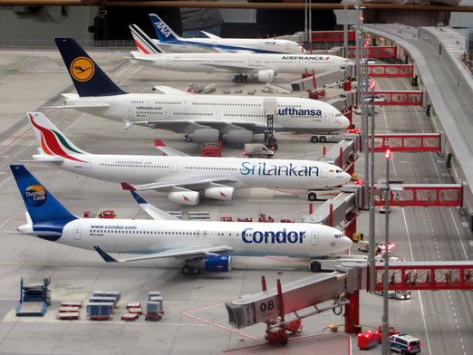 5 Passagierflugzeuge am Flughafen