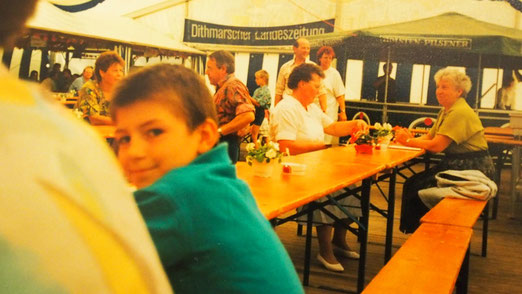 Bei Lützen/Frauen im Festzelt